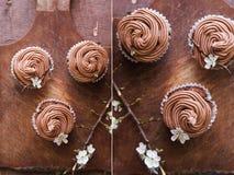 Collage con la magdalena del chocolate con la flor Fotografía de archivo