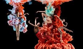 Collage créatif abstrait constitué par la couleur se dissolvant dans l'eau images libres de droits