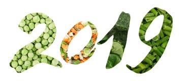 Collage creativo de 2019 números con las verduras mezcladas congeladas fotos de archivo
