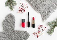 Collage d'accessoires d'hiver avec des cosmétiques et les vêtements sur le fond blanc Configuration plate, vue supérieure Photo stock