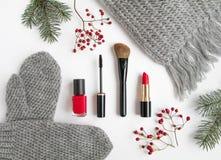 Collage d'accessoires d'hiver avec des cosmétiques et les vêtements sur le fond blanc Configuration plate, vue supérieure Photographie stock