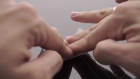 Collage d'un morceau de ruban vierge sur une surface se reflétante banque de vidéos