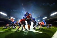 Collage dai giocatori di football americano nella grande arena di azione immagine stock libera da diritti