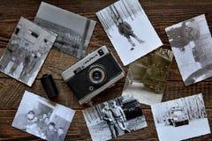 Collage dalle vecchie foto in bianco e nero dell'esercito su fondo di legno Fotografie Stock