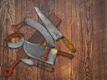 Collage de couteaux de cuisine de vintage au-dessus de vieux bois Photo libre de droits