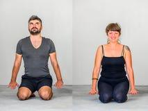 Collage de deux : Étudiants de yoga montrant différentes poses de yoga Photographie stock