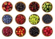 Collage de diversas frutas y de bayas aisladas en blanco Foto de archivo