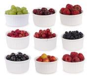 Collage de diversas frutas y de bayas aisladas en blanco Fotos de archivo