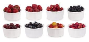 Collage de diversas frutas y de bayas aisladas en blanco Imagen de archivo