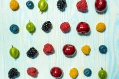 Collage de diversas frutas y de bayas aisladas en blanco Fotos de archivo libres de regalías