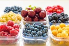 Collage de diversas frutas y de bayas aisladas en blanco Arándanos, cerezas, zarzamoras, uvas, fresas, pasas Co Imagenes de archivo