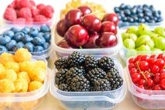 Collage de diversas frutas y de bayas aisladas en blanco Arándanos, cerezas, zarzamoras, uvas, fresas, pasas Co Fotografía de archivo libre de regalías