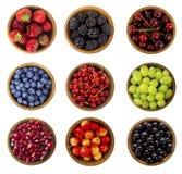 Collage de diversas frutas y de bayas aisladas en blanco Blueb Imagen de archivo libre de regalías