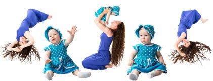 Collage de la fille heureuse de maman et d'enfant étreignant l'isolat sur le fond blanc. Le concept de l'enfance et de la famille. Photo libre de droits