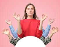 Collage de la mujer y de dos manos de los hombres que intentan relajar meditar con los ojos cerrados imagen de archivo