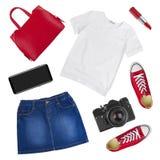 Collage de la ropa femenina y de los accesorios del viajero aislados en blanco Fotos de archivo