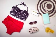Collage de la ropa y de los accesorios de la mujer aislados en blanco Imagen de archivo libre de regalías