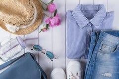 collage de la ropa y de los accesorios del verano de la mujer en blanco con la camisa, vaqueros, vidrios, zapatos, bolso, sombrer Imágenes de archivo libres de regalías