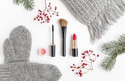 Collage de los accesorios del invierno con los cosméticos y la ropa en el fondo blanco Endecha plana, visión superior Imagen de archivo