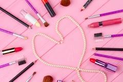 Collage de los accesorios del maquillaje, visión superior Fotos de archivo
