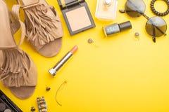Collage de los accesorios del verano de la mujer en el fondo amarillo, endecha plana, visi?n superior bandera imagen de archivo