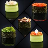 Collage de menu gunkan de restaurant japonais de divers sushi sur le fond noir Photo stock