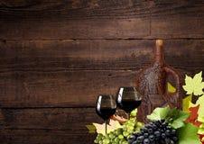 Collage de uvas y de una botella de vino para la acción de gracias Imagen de archivo libre de regalías