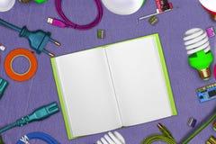 Collage degli strumenti elettrici su cuoio con le pagine aperte del blocco note ed i cavi di lan, terminali, PWB, morsetti, nastr Fotografia Stock Libera da Diritti