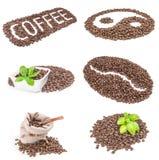 Collage dei chicchi di caffè isolati sopra un fondo bianco Fotografia Stock