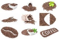 Collage dei chicchi di caffè isolati su un ritaglio bianco del fondo Immagine Stock