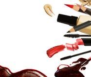 Collage dei colpi decorativi del rossetto della spazzola di colore dei cosmetici su fondo bianco Bellezza e concetto di trucco Immagini Stock