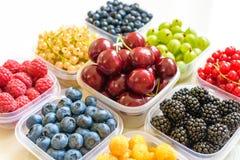 Collage dei frutti differenti e bacche isolate su bianco Mirtilli, ciliege, more, uva, fragole, uva passa Co Fotografie Stock