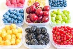 Collage dei frutti differenti e bacche isolate su bianco Mirtilli, ciliege, more, uva, fragole, uva passa Co Fotografie Stock Libere da Diritti