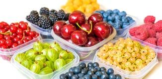 Collage dei frutti differenti e bacche isolate su bianco Mirtilli, ciliege, more, uva, fragole, uva passa Co Fotografia Stock