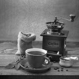 Collage dei particolari del caffè Cioccolato, cannella, spezie e chicchi di caffè in tazza e uno sciolto sul nero di legno della  Fotografia Stock