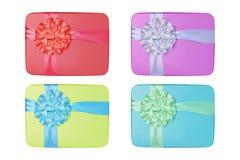 Collage dei regali di colore con gli archi isolati su fondo bianco Immagine Stock