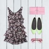 Collage dei vestiti di estate su bianco Immagine Stock