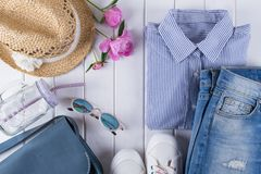 collage dei vestiti e degli accessori di estate della donna su bianco con la camicia, jeans, vetri, scarpe, borsa, cappello, bara Immagini Stock Libere da Diritti