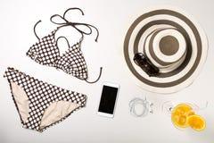 Collage dell'abbigliamento e degli accessori della donna isolati su bianco Immagine Stock