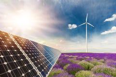 Collage della foto dei pannelli solari e dei turbins del vento contro i raccolti Fotografia Stock