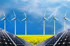 Collage della foto dei pannelli solari e dei turbins del vento nel campo dei raccolti Fotografie Stock