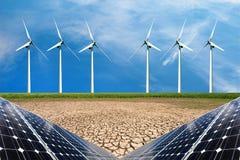 Collage della foto dei pannelli solari e dei turbins del vento nel campo dei raccolti Immagine Stock