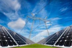 Collage della foto dei pannelli solari e della colonna elettrica ad alta tensione Immagine Stock Libera da Diritti