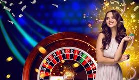 Collage delle immagini del casinò con le roulette e la donna con i chip in mani fotografia stock