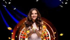 Collage delle immagini del casinò con le roulette e la donna con i chip in mani fotografie stock libere da diritti
