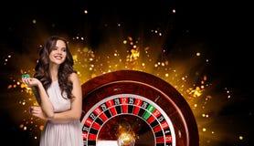 Collage delle immagini del casinò con le roulette e la donna con i chip in mani fotografie stock