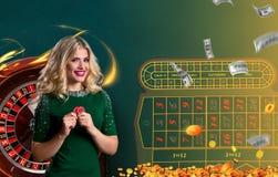Collage delle immagini del casinò con le roulette e la donna con i chip in mani fotografia stock libera da diritti