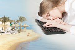 Collage - den sova flickan på kontoret mot bakgrunden av den sydliga kusten royaltyfria bilder