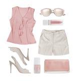 Collage der Sommerfrauenkleidung und -Zubehörs lokalisiert auf Weiß Lizenzfreies Stockfoto