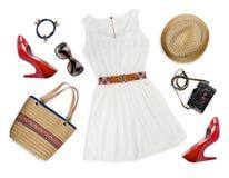 Collage der touristischen Kleidungs und des Zubehörs lokalisiert auf Weiß Lizenzfreies Stockfoto